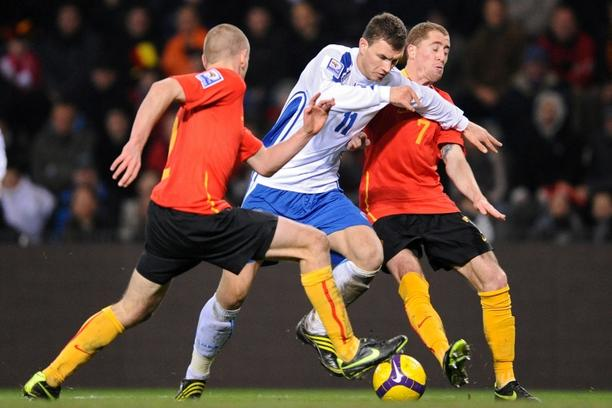 'Bosnia Herzevogina\'s Edin Dzeko (C) vies with Belgian\'s immy Simons (R) during their World Cup 2010 qualifying match in Genk on March 28, 2009. AFP PHOTO JOHN THYS'
