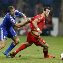 Bosnia's Senad Lulic (L) fights for the ball with Wales' Gareth Bale during their Euro 2016 qualifying soccer match in Zenica October 10, 2015. REUTERS/Dado Ruvic