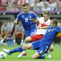 'Greece\'s Kostas Katsouranis and Avraam Papadopoulos (R) challenge Poland\'s Jakub Blaszczykowski (C) during their Group A Euro 2012 soccer match at the National stadium in Warsaw June 8, 2012.