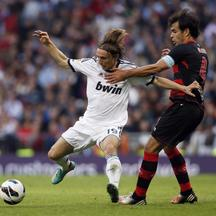 'Real Madrid's Luka Modric (L) fights for the ball with Celta Vigo's Borja Oubina during their Spanish First Division soccer match at Santiago Bernabeu stadium in Madrid October 20, 2012. REUTERS/Su