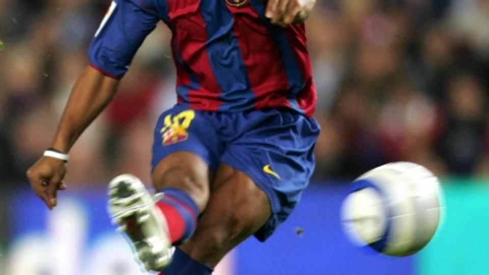 'BARCELONA, SPAIN:  FC Barcelona\'s Brazilian Ronaldinho shoots against Getafe during their Spanish League football match at the Camp Nou stadium in Barcelona, 17 April 2005. AFP PHOTO/LLUIS GENE.  (P