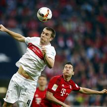 Bayern Munich's Robert Lewandowski is challenged by VfB Stuttgart's Toni Sunjic (L) during their Bundesliga first division soccer match in Munich, Germany November 7, 2015.   REUTERS/Michael Dalder. DFL RULES TO LIMIT THE ONLINE USAGE DURING MATCH TIME TO